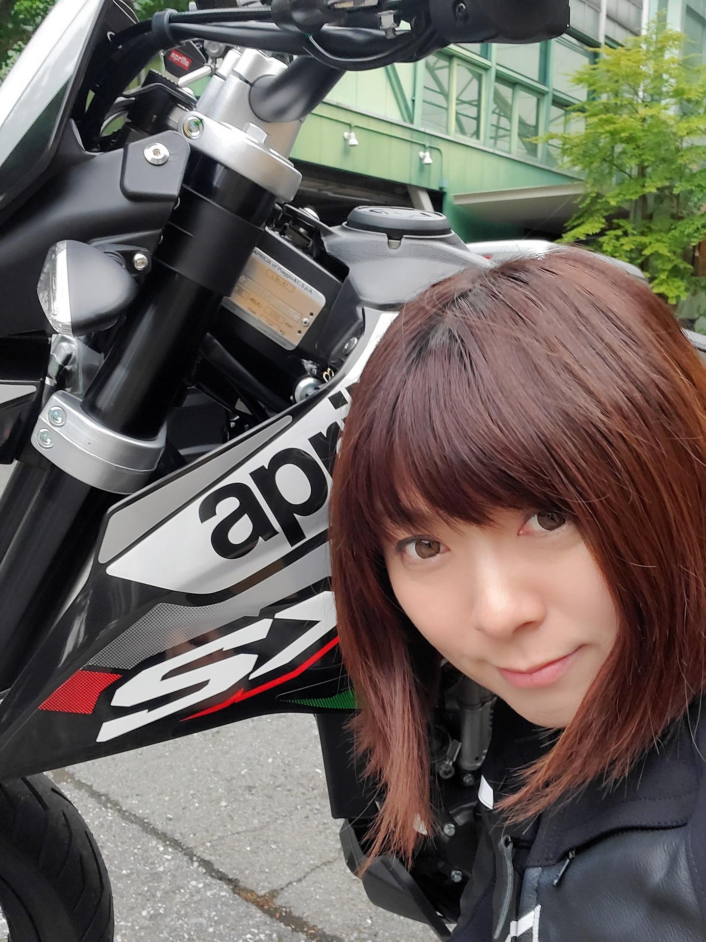 ナンバー付き本格モタード! アプリリア「SX125」は、オシャレに遊べて学べるマウンテンバイク的存在